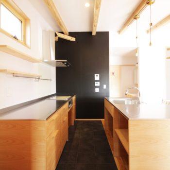 ブラックに映えるステンレスキッチン